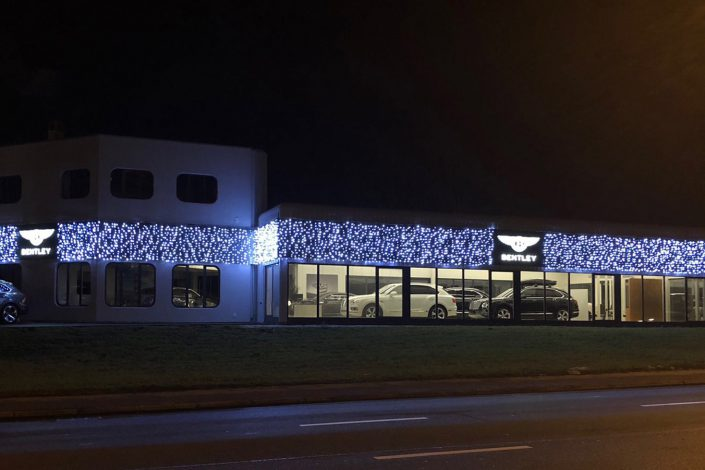 Pose de guirlandes de Noël chez Bentley Lausanne